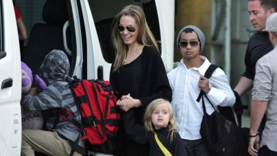 epa03853411 US actress/director Angelina Jolie (C) arrives at Sydney Airport, Australia, 06 September 2013, with her children (L-R) Pax, Vivienne and Maddox. According to media reports, Jolie arrived to Sydney for her upcoming movie 'Unbroken'. EPA/MICK TSIKAS AUSTRALIA AND NEW ZEALAND OUT